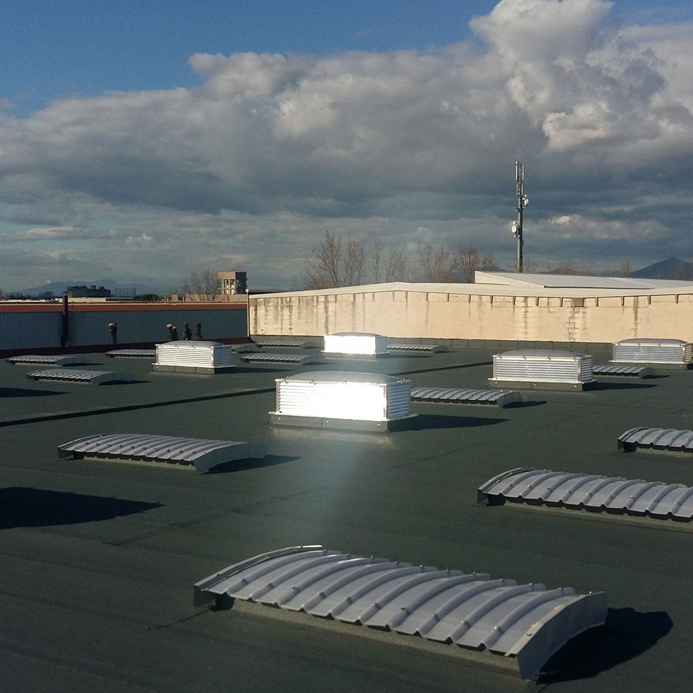 Capannone copertura con guaina lucernari ed estrattori d'aria sifracoperture